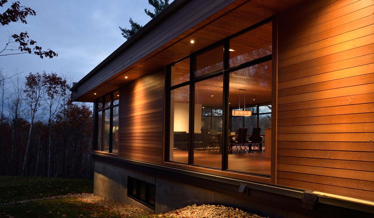 Дизайн фасадов загородных домов фото как строго